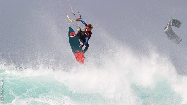 kite dans les vagues au cap vert avec Adekua