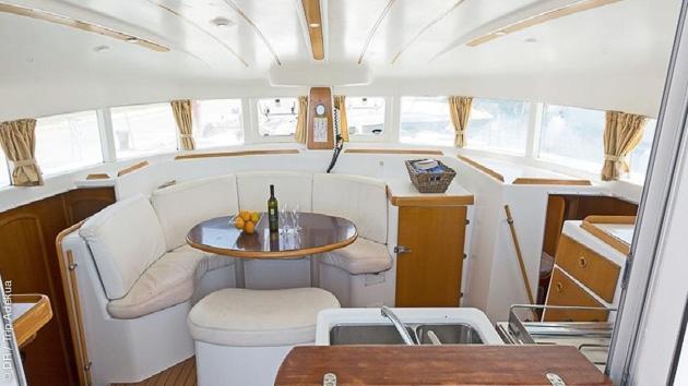 Un catamaran tout confort pour une croisière de luxe dans les Cyclades