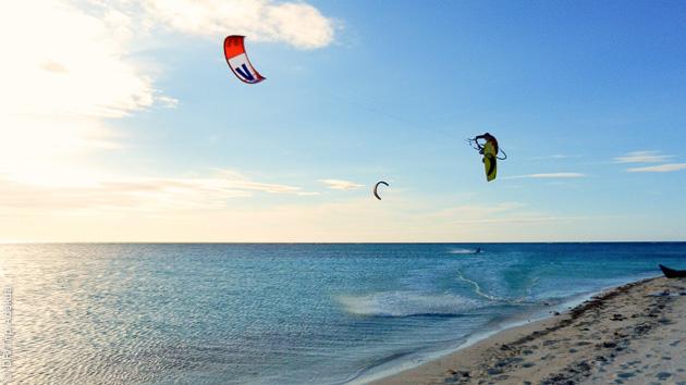 Combinez la détente d'une croisière et les sessions de kitesurf à Boracay, aux Philippines