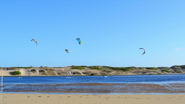 Spots de vagues et de freeride, downwinds : un séjour coaching sur mesure à Lagoinha, entre filles