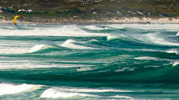 navigation kite dans les vagues sur la péninsule du Cap