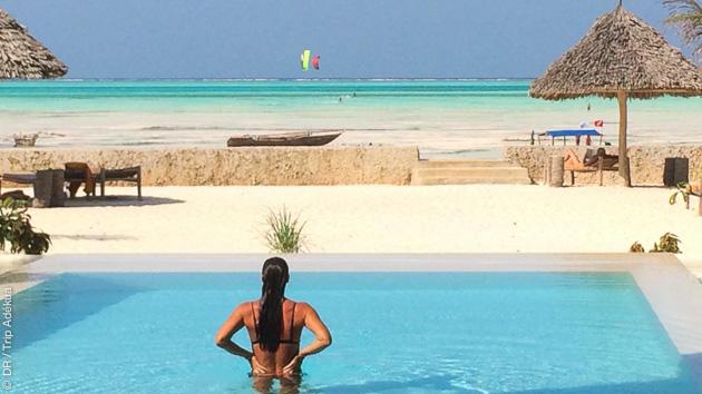 Les eaux cristallines du lagon en toile de fond, des cours de kite et d'autres activités possibles à Zanzibar
