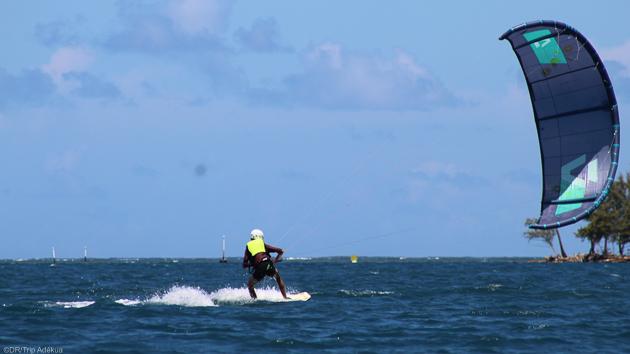 Un formule avec matériel de kitesurf et bateau de sécurité pour rideur autonome