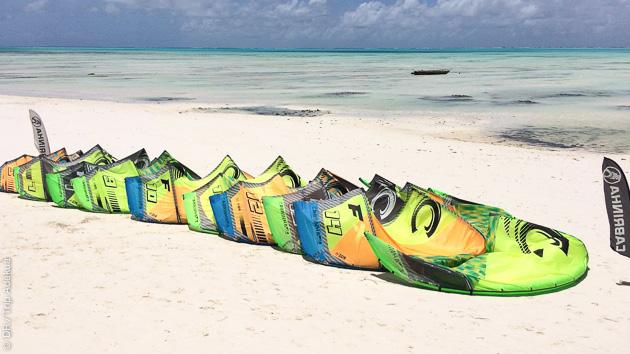 Notre école de kite vous accueille avec le matériel et les moniteurs pour apprendre ou perfectionner votre kite à Jambiani, Zanzibar