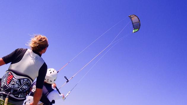 Un downwind pour les kiteurs autonomes pendant que les enfants s'initient avec un moniteur diplômé sur le lagon de Soma Bay