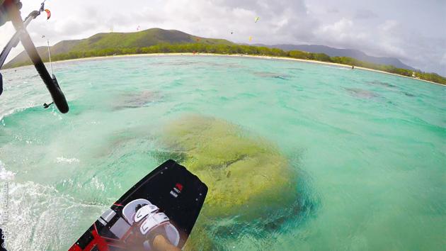 Du kitesurf sur les eaux cristallines, entre lagons et îlots de Nouvelle Calédonie