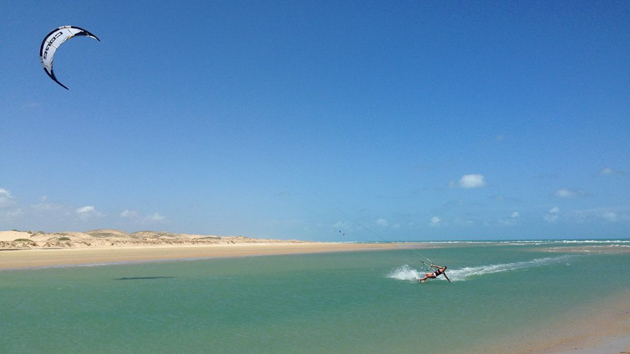Progressez en kite sur la lagune de Patos au Brésil
