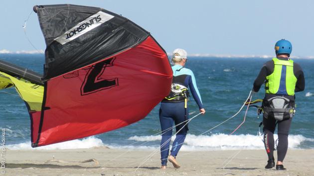 Sessions de kitesurf sur le superbe spot de Beauduc dans le Sud de la France