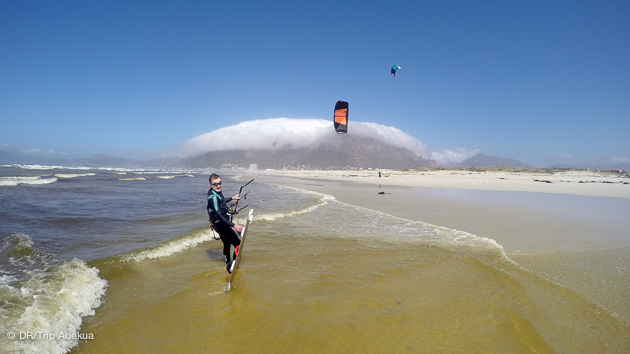 superbes conditions de kitesurf sur fond de table mountain à cape town