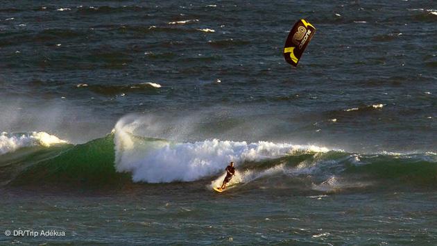 kite dans les vagues dans la région de cape town en afrique du sud