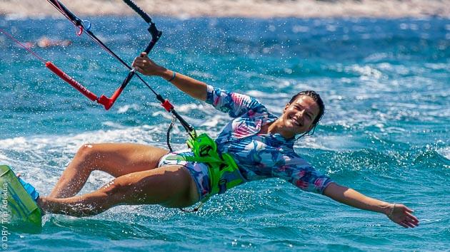 Venez progresser en kitesurf et vous détendre avec le yoga en Grèce