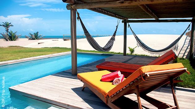 Détente au bord de la piscine de votre villa après le kite surf, à Pontal de Macéio au Brésil