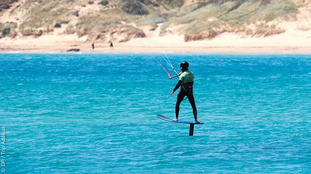 sensations de glisse s'offrent à vous avec ce stage de kitefoil à Tarifa