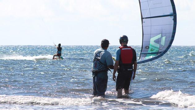 Découvrez le kitesurf à Tahiti pendant des vacances de rêve