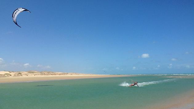 Naviguez en kite sur la mangifique lagune de Patos au Brésil
