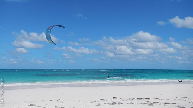 Free kite sur les eaux cristallines des Bahamas