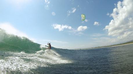 votre stage de kitesurf dans les vagues avec Bertrand et Tuva, les maîtres du waveriding en Indo