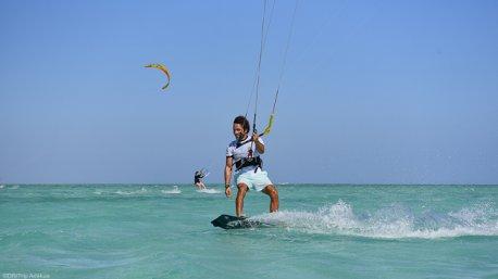 Sur un lagon translucide en Mer Rouge, vous pratiquez le kite ou d'autres activités pour les non kiteurs