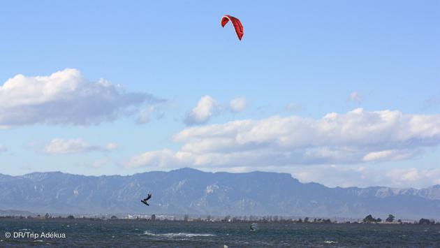 des conditions parfaites pour le kite sur le delta de l'ebre en espagne