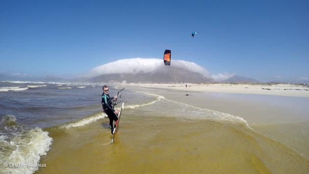 superbes conditions de kitesurf sur fond de table mountain à cape town