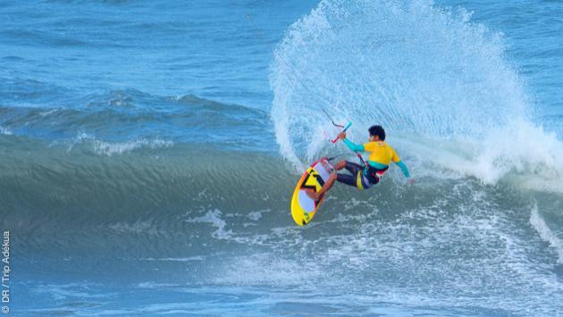 Kite surf dans les vagues au brésil